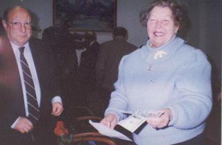 Бывшая узница Любовь Пацула с долларами США от швейцарского фонда, фото ЕФУ