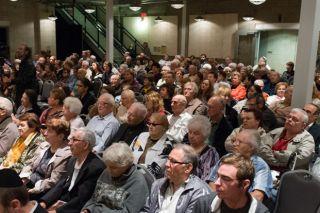 Аудитория на презентации выставки «Они никогда не станут взрослыми» в Иллинойском Музее Холокоста