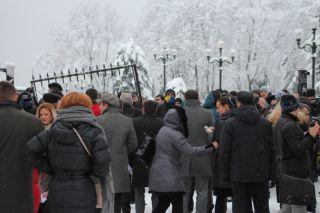спиливание забора вокруг Рады, фото Киев еврейский