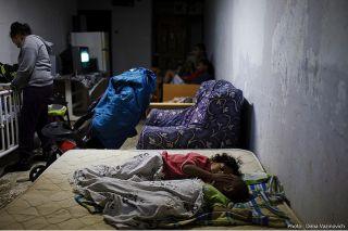 Израильская семья спи в бомбоубежище