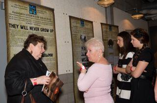 На выставке «Они никогда не станут взрослыми» в Иллинойском Музее Холокоста